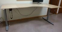Kinnarps elektrisk hevsenk hjørneløsning skrivebord i bjerk, 240x120cm, sving på høyre side, T-serie, pent brukt