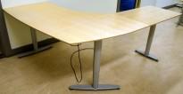 Kinnarps elektrisk hevsenk hjørneløsning skrivebord i bjerk, 220x182cm, sving på v.s,,T-serie, pent brukt, noe slitasje plater