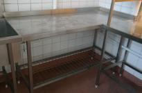 Arbeidsbenk / oppvaskbenk i rustfritt stål, 150cm bredde, 65cm dybde, for å hekte på oppvaskmaskin / kum, pent brukt