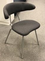 Konferansestol / besøksstol i gråmelert ullstoff / grålakkert metall fra Mitab, modell Ving, design: Jurij Rahimkulov, NYTRUKKET