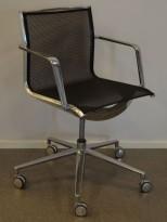 Lekker konferansestol på hjul i polert aluminium / sort mesh, pent brukt