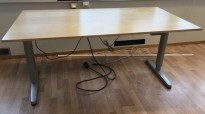 Ikea Galant skrivebord 160x80cm med elektrisk hevsenk, bjerk finer bordplate, grått understell, pent brukt
