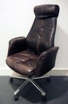 Kontorstol fra Savo, eldre / vintage direktørstol i patinert, brunt skinn, pent brukt