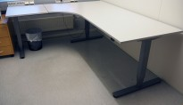 Skrivebord / hjørneløsning med elektrisk hevsenk fra EFG i lys grå, 200x180, venstreløsning, pent brukt