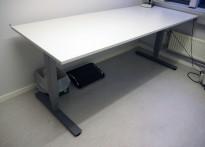 Skrivebord med elektrisk hevsenk i lys grå / grått understell fra EFG, 200x80cm, pent brukt 2016-modell