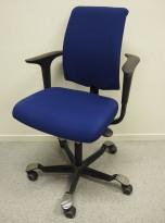 HÅG H05 5300 kontorstol i blått stoff, armlener, sort kryss, pent brukt