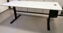 Kompakt møtebord fra Dencon i lys grå laminat, sort T-fot understell, 180x80cm, passer 6 personer, pent brukt