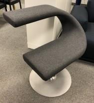 Loungestol / designstol gråmelert ullstoff fra Blå Station, modell Innovation C, design: Fredrik Mattson, nytrukket