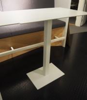 Ståbord / barbord med rektangulær, hvit plate, 109x69cm, understell i hvitlakkert metall, pent brukt