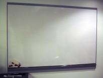 Vegghengt whiteboard 180x130cm fra Nobø, ramme i grålakkert metall, pent brukt