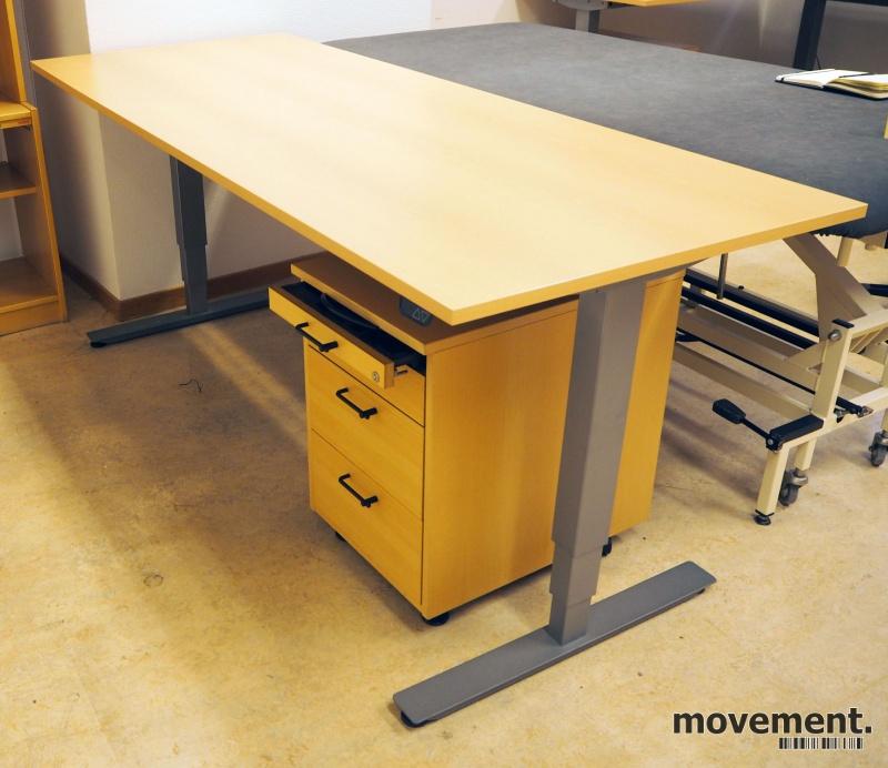 Skrivebord med elektrisk hevsenk i bøk laminat / grått understell fra EFG, 200x80cm, pent brukt 2016-modell bilde 1