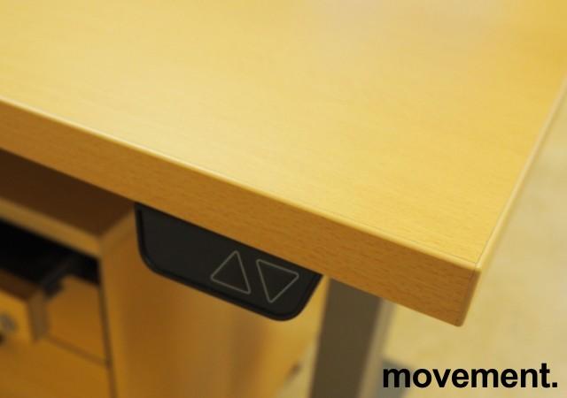 Skrivebord med elektrisk hevsenk i bøk laminat / grått understell fra EFG, 200x80cm, pent brukt 2016-modell bilde 3