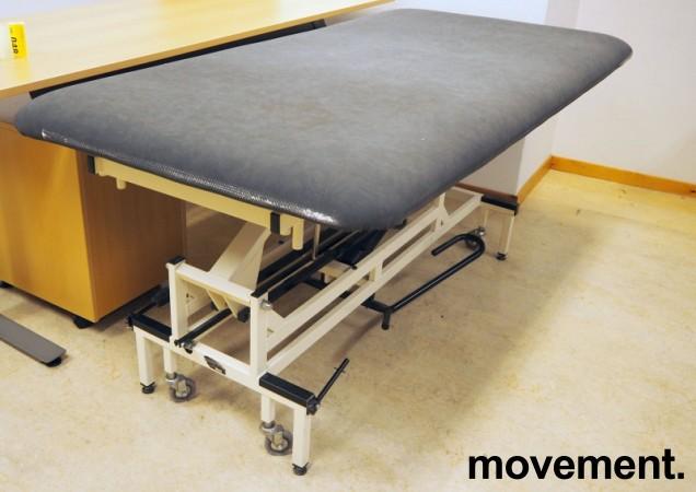 Legebenk / fysioterapibenk i grå skinnimitasjon fra Follo Industrier, manuell justering, 200x100cm, pent brukt bilde 1