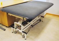 Legebenk / fysioterapibenk i grå skinnimitasjon fra Follo Industrier, manuell justering, 200x100cm, pent brukt