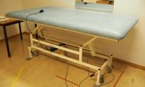 Legebenk / fysioterapibenk i blå skinnimitasjon fra Masoflex, elektrisk justering, 190x100cm, pent brukt