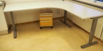 Skrivebord / hjørneløsning med elektrisk hevsenk fra EFG i lys grå, 200x180, høyreløsning, OBS! Skade i plate