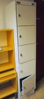 Garderobeskap i grålakkert stål, lukeskap med 5 låsbare luker, låses med hengelås, pent brukt