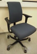 HÅG H05 5300 kontorstol i mørkt blått stoff, armlener, sort kryss, pent brukt