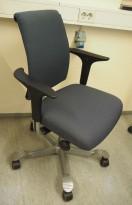 HÅG H05 5300 kontorstol i mørkt blått stoff, swingback-armlener, grått kryss, pent brukt