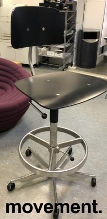 Kontorstol / arbeidsstol / barstol i sort finer / aluminium fra Engelbrechts, modell Kevi 2533, sittehøyde 71-83cm, fotring, pent brukt bilde 2