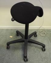 Ergonomisk kontorstol / sadelstol i sort stoff fra EFG, pent brukt