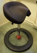 Kontorstol: BackApp ergonomisk kontorstol i sort stoff med rød kule, pent brukt