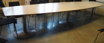 Konferansebord / møtebord i lys grå / grått understell, 440x112cm passer 14-16 personer, brukt med noe slitasje