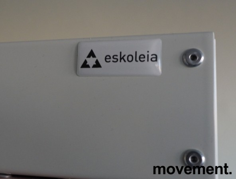 Garderobeskap i stål fra Eskoleia, 8 rom / 2 høyder, hvitt med rosa dører, låsbart med nøkkel, bredde 120cm, høyde 175cm, pent brukt bilde 2