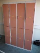 Garderobeskap i stål fra Eskoleia, 8 rom / 2 høyder, hvitt med rosa dører, låsbart med nøkkel, bredde 120cm, høyde 175cm, pent brukt