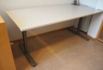 Skrivebord i lys grå / grå fra EFG, 180x80cm, pent brukt
