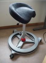 Kontorstol: BackApp ergonomisk kontorstol i grå mikrofiber med rød kule, hjulsett medfølger, pent brukt