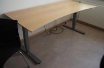Skrivebord med elektrisk hevsenk i bøk / grått understell fra EFG, 200x90cm med magebue, pent brukt