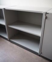 EFG ringpermreol / bokhylle i lys grå, 2 permhøyder, 82cm høyde, pent brukt