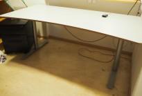 Skrivebord med elektrisk hevsenk fra Svenheim, 180x90cm, lys grå / grått, pent brukt