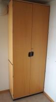Høye rekvisitaskap / høyskap i bøk fra Kinnarps, 204cm høyde, pent brukt