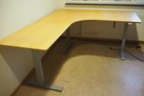 Skrivebord / hjørneløsning med elektrisk hevsenk fra Edsbyn i bøk, 160x190cm, venstreløsning, pent brukt