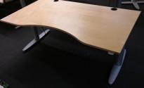 Kinnarps elektrisk hevsenk skrivebord i bjerk / grått, 160x90cm med magebue, pent brukt