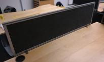 Bordskillevegg i mørk grå mikrofiberstoff, Kinnarps Rezon, 120x35cm, pent brukt
