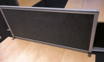Bordskillevegg i mørk grå mikrofiberstoff, Kinnarps Rezon, 80x35cm, pent brukt