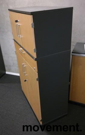 Kinnarps Serie-E skap 3H med dører og skuff, i mørk grå med fronter i bjerk, 80cm bredde, 138cm høyde, pent brukt bilde 2