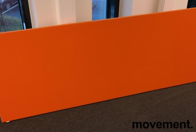 Bordskillevegg i orange stoff fra Zilenzio, 180x65cm, pent brukt bilde 1