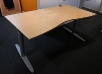Kinnarps elektrisk hevsenk skrivebord i bjerk / grått, 180x100cm med magebue, pent brukt