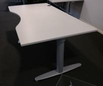 Kinnarps elektrisk hevsenk skrivebord i lys grå / grått, 180x90cm med magebue, pent brukt