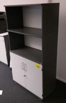 Skap / reol i mørk grå med fronter i lys grå, Kinnarps E-serie, 4 høyder, bredde 80cm, høyde 152cm, pent brukt