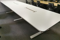 Møtebord i hvitt fra Horreds, 360x120cm, hvitt t-ben understell, passer 12-14 pers, pent brukt