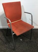 Konferansestol / stablestol i rustrødt mikrofiberstoff / eik / grålakkert metall fra EFG, modell Sit med armlene, brukt