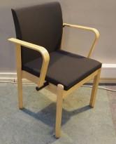 Konferansestol i bjerk / koksgrått stoff fra Kinnarps, modell Milton med armlene, pent brukt