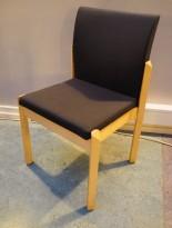 Konferansestol i bjerk / koksgrått stoff fra Kinnarps, modell Milton uten armlene, pent brukt