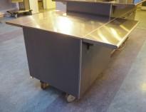 Serveringsmodul på hjul i mørkt grått / rustfritt stål fra Metos, 80cm bredde, med brettbane for kantinebrett, pent brukt
