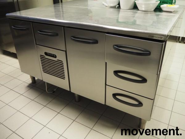 Kjølebenk fra Metos i rustfritt stål med kjøledør og kjøleskuff, 160cm bredde, pent brukt bilde 1
